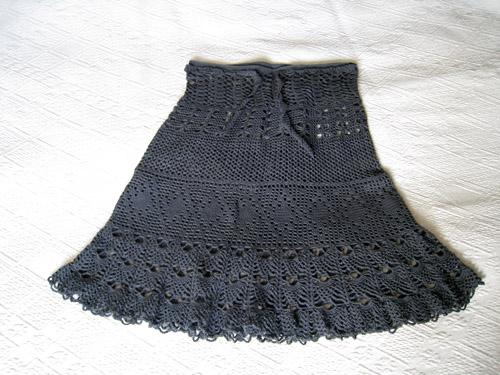 2bef8b3238a2 Jeg faldt over en opskrift på en hæklet nederdel som jeg bare måtte eje og  jojo jeg havde da prøvet at hækle når jeg lavede kanter på det forskellige  strik ...
