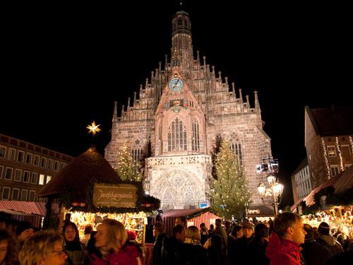Julemarked med kirken i baggrunden...