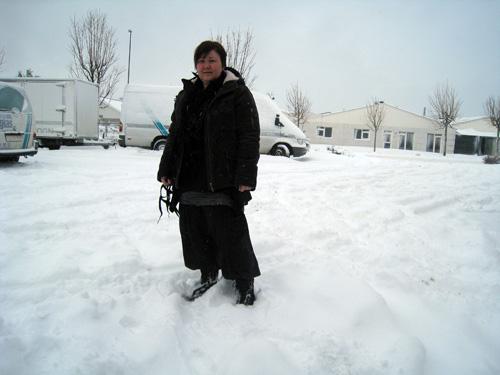 Konen i sne til anklerne...