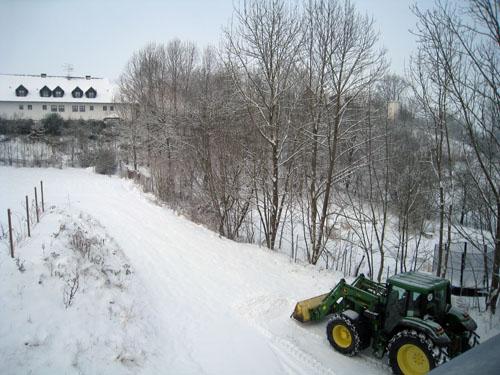Naboen i sin traktor...