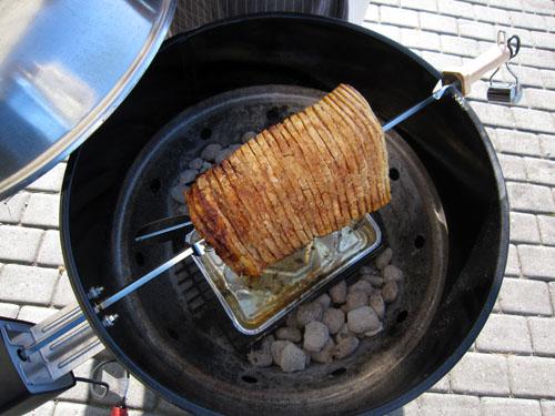 Flæskesteg på grill rotisserie