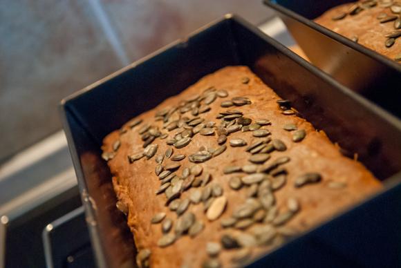 Nyklippet og friskbagt gulerodsrugbrød...
